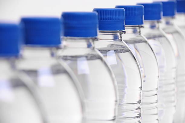 Tapas de botella de agua borrosa - foto de stock