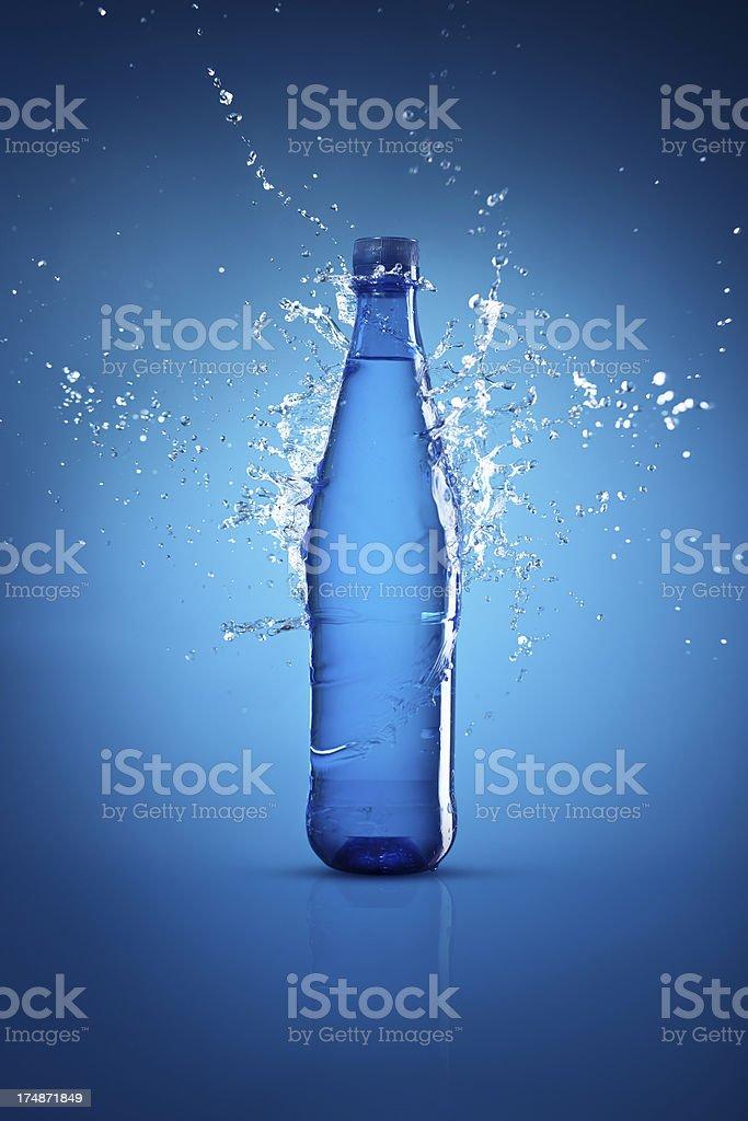Flasche Wasser auf blauem Hintergrund und splash – Foto