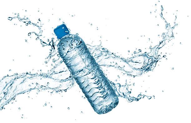 Botella de agua con splash - foto de stock