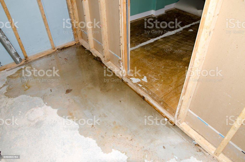 Wasserschaden im Keller, verursacht durch Abwasser Rückfluss aufgrund verstopfter Abfluss Sanitär – Foto