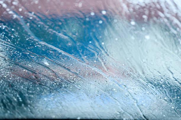 wassertropfen auf dem glas des windows-hintergrund - dampfreiniger fenster stock-fotos und bilder