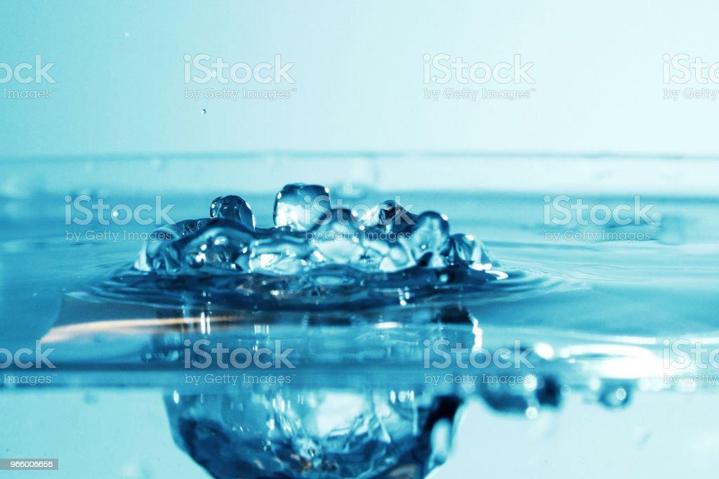 Vatten droplet som bakgrund - Royaltyfri Blå Bildbanksbilder