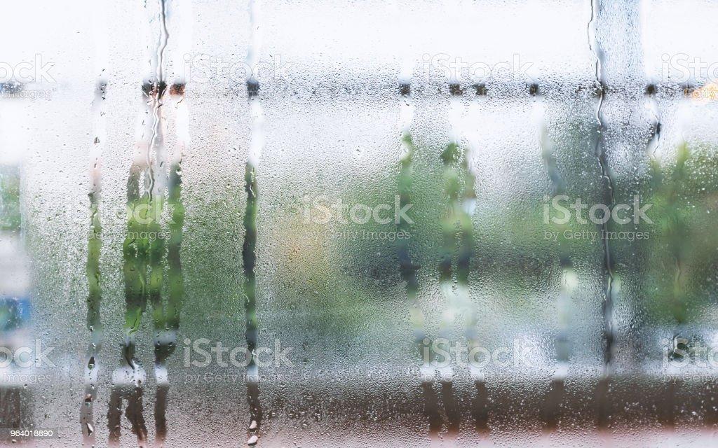 雨の日に雨が降って後滴の水滴や蒸気のバック グラウンド ガラス上の水します。 - かすみのロイヤリティフリーストックフォト