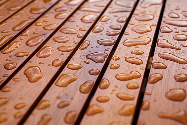 water droplets on wood - houtbeits stockfoto's en -beelden