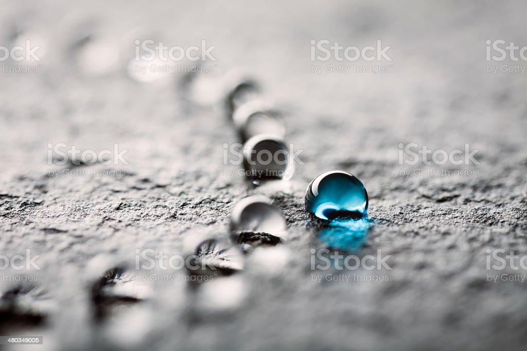 Gouttes d'eau sur du noir, ardoise - Photo