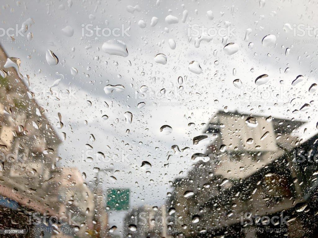 Trafik sıkışıklığı ile araba camına su damlaları royalty-free stock photo