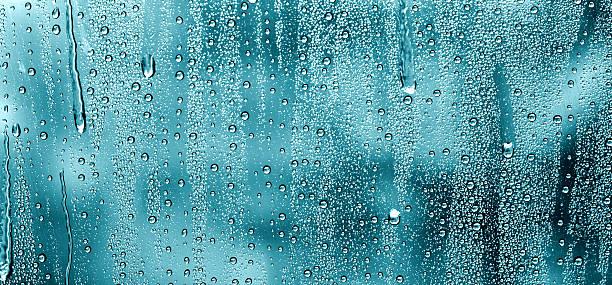 wassertropfen auf fenster - dampfreiniger fenster stock-fotos und bilder