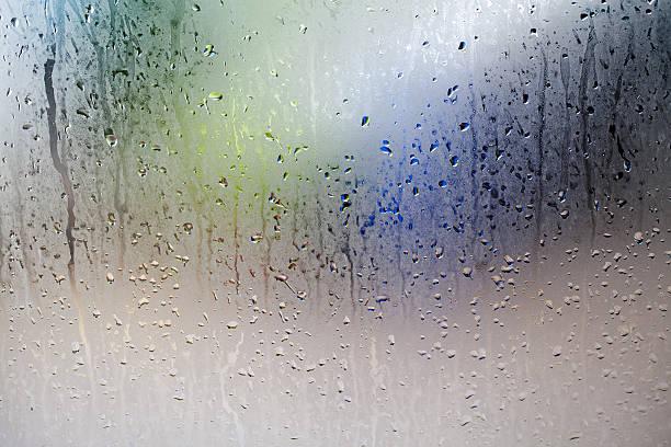wassertropfen auf die window  - dampfreiniger fenster stock-fotos und bilder