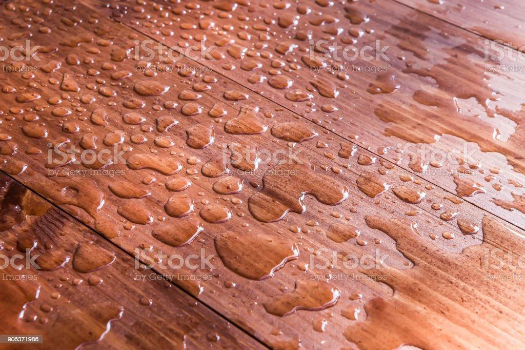 Wassertropfen auf Holzbrett – Foto