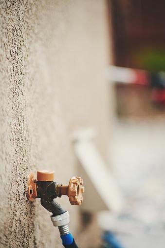 Vattenkran Med Trädgårdsslang I Bostadsområdet Trädgård-foton och fler bilder på Amerikansk kultur