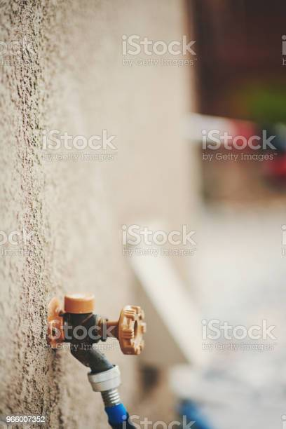 Водяной Кран С Садовым Шлангом В Жилом Саду — стоковые фотографии и другие картинки Американская культура