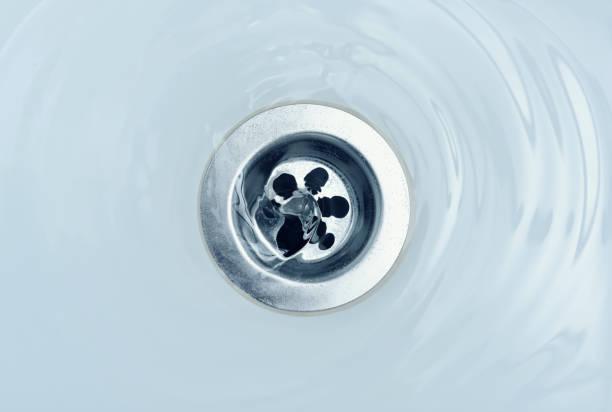 fluxo de água no dreno no banho - banheiro instalação doméstica - fotografias e filmes do acervo