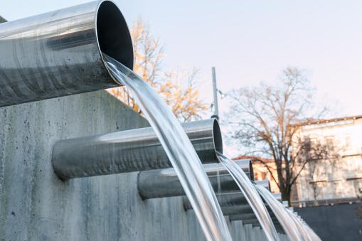 Wasser Fließt Aus Stahl Rohre Stockfoto und mehr Bilder von 2015