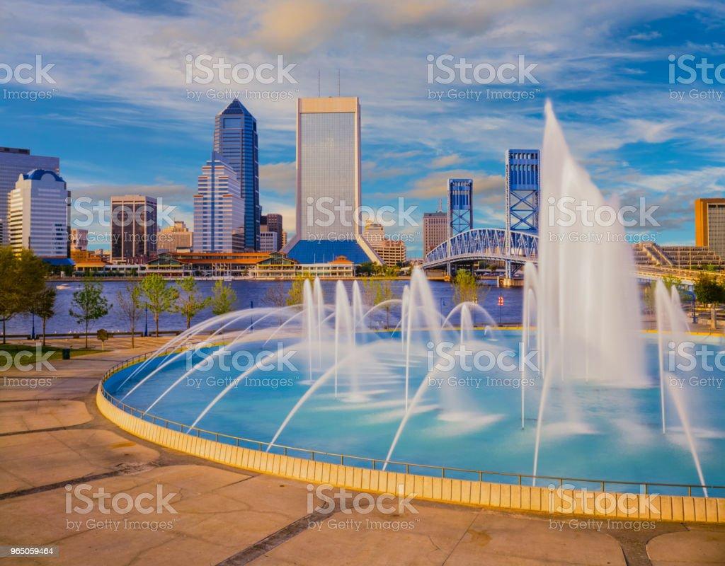 Wasser fließt in die Freundschaft-Brunnen in Jacksonville Florida skyline – Foto