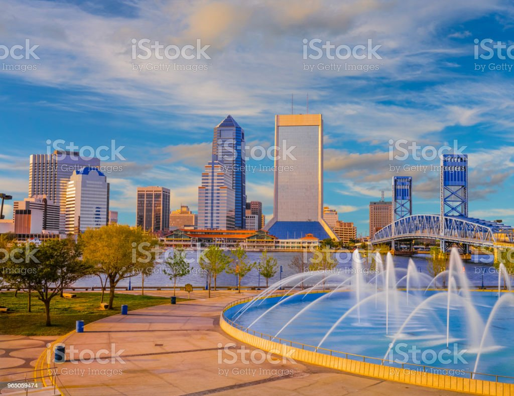 Water flows in the Friendship Fountain at Jacksonville Florida skyline zbiór zdjęć royalty-free