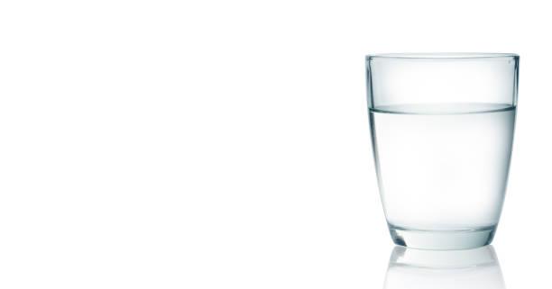Wasserglas isoliert auf mit Hintergrund – Foto