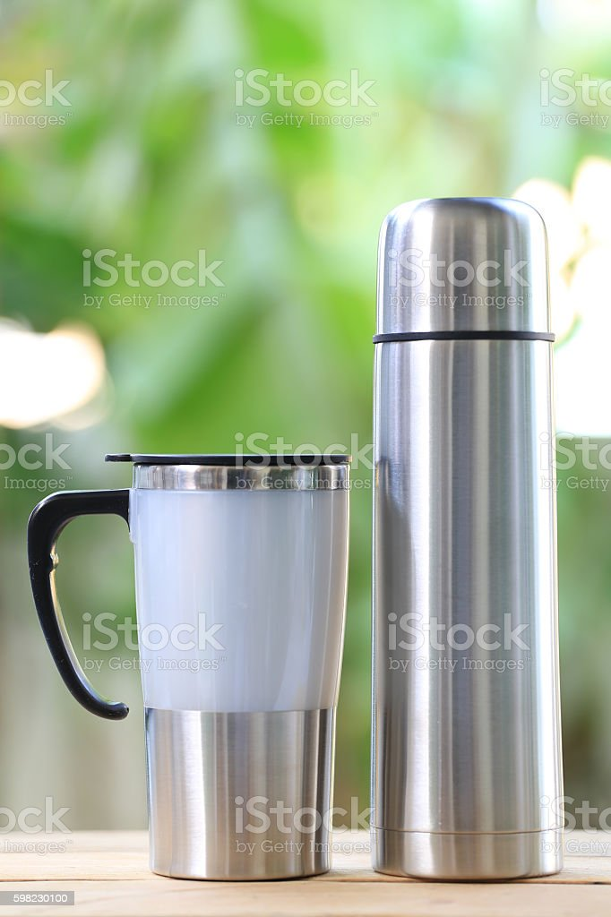Water glass of aluminum (Aluminum mug) on wooden floor. foto royalty-free