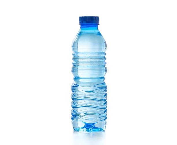 água em garrafa de plástico no fundo branco isolado - garrafa - fotografias e filmes do acervo