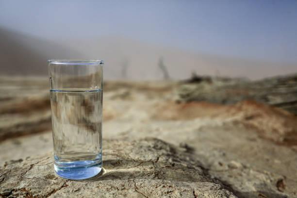 沙漠中的水 - 口渴 個照片及圖片檔