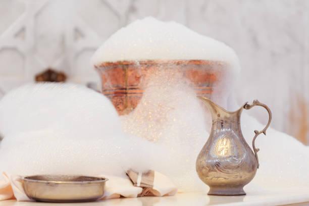 glas, handtuch und kupfer wasserschale mit seifenschaum im türkischen hamam. traditionelle interieur-details - sauna textilien stock-fotos und bilder