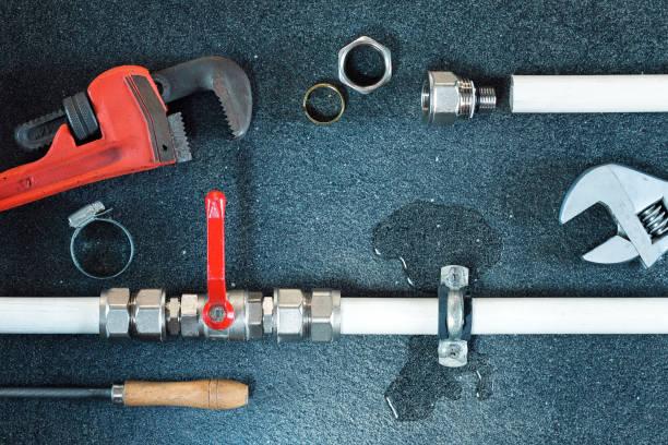 vazamento de água em uma tubulação de água. - banheiro instalação doméstica - fotografias e filmes do acervo