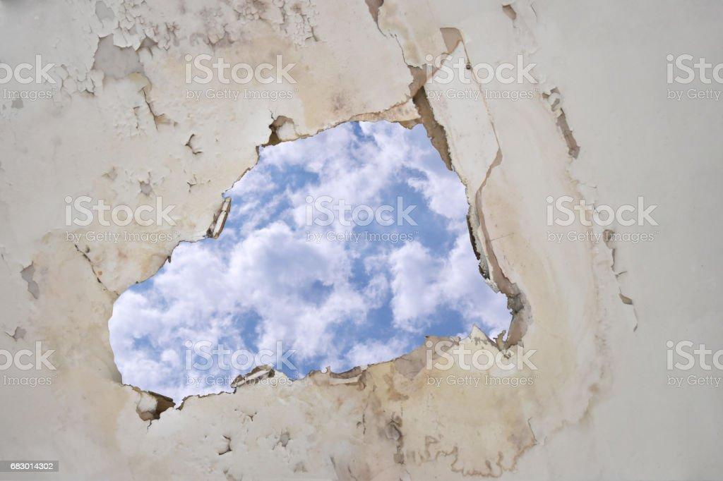 Goteras en el techo causando daños azulejos, cielo con trazado de recorte. - foto de stock
