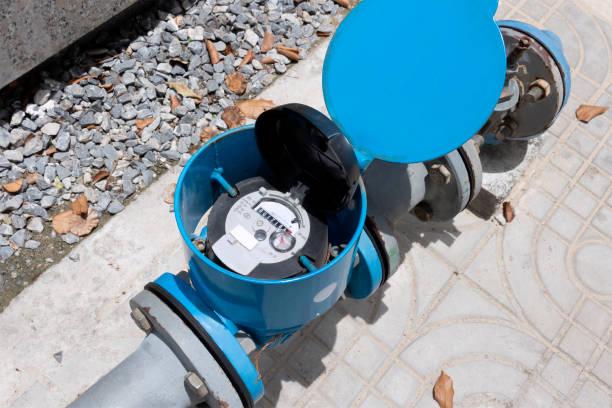 물 흐름의 측정을위한 물 미터 및 금속 파이프 파란색. 수자원 환경 보전 및 수자원 관리 개념. 스톡 사진