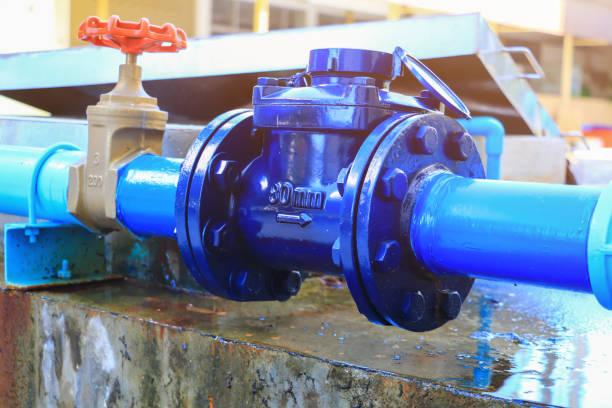medidores de agua fontanería grifo acero común tienen reparación tubería de cerca - fila arreglo fotografías e imágenes de stock