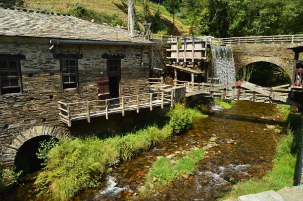 Wassermühle zog durch die Kraft von einem wunderschönen Wasserfall In Taramundi, Asturien, Spanien. Architektur, Geschichte, Reisen. – Foto