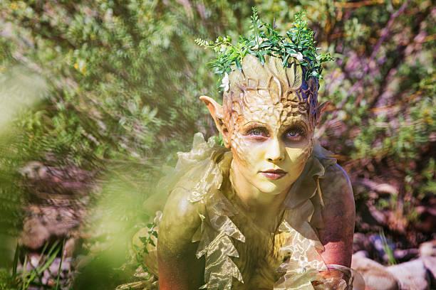 wasser nymphe porträt von büschen aufstrebenden - elfenkostüm damen stock-fotos und bilder
