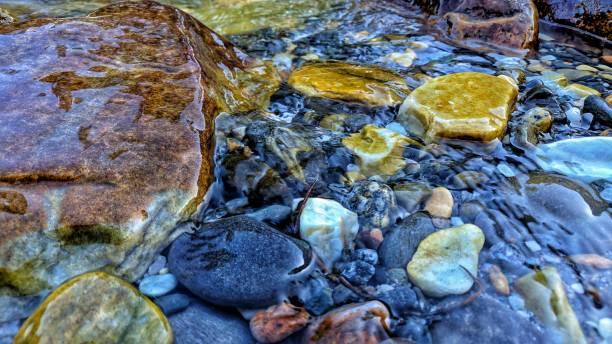 water kiezels. - stroom stromend water stockfoto's en -beelden