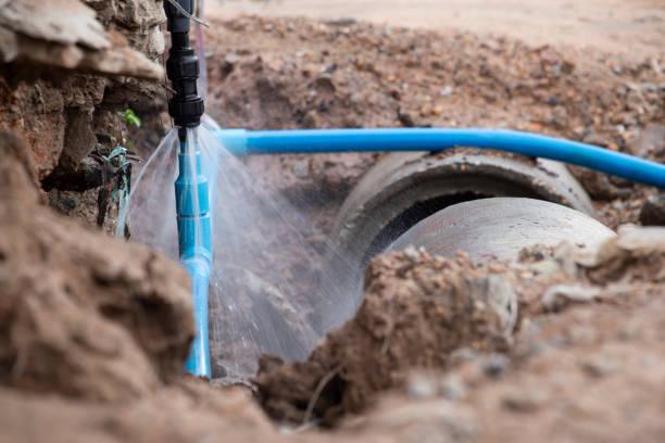 wasserrohrbruch . aussetzen einer geplatzten wasserleitung, konzentriert auf das sprühwasser und das rohr. - kanalisationsabflüsse stock-fotos und bilder