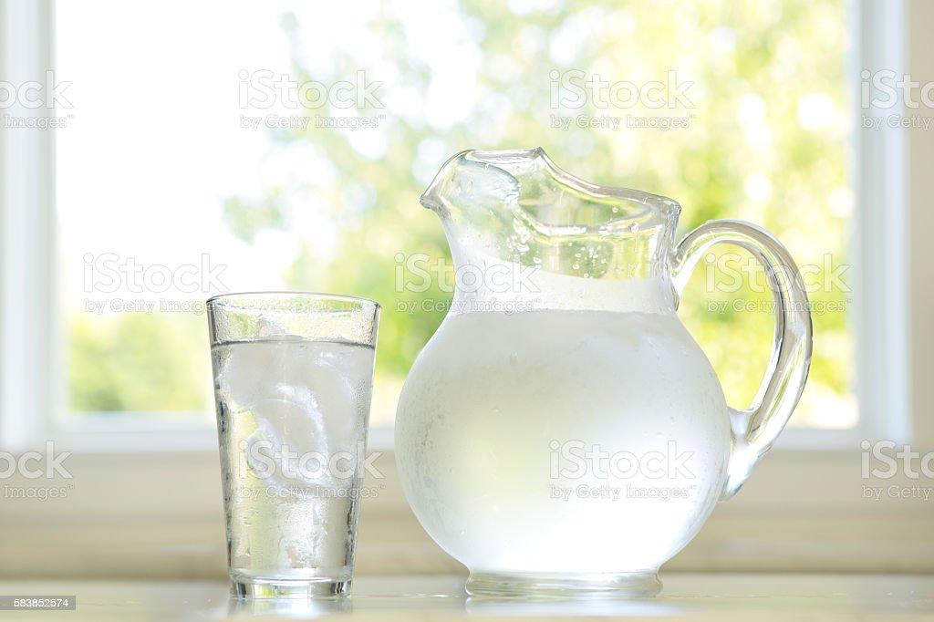 Glas und Krug Wasser  – Foto