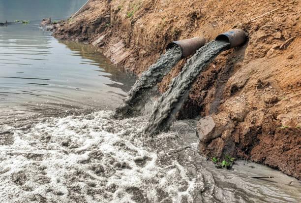 contaminación del agua en el río. - contaminación ambiental fotografías e imágenes de stock