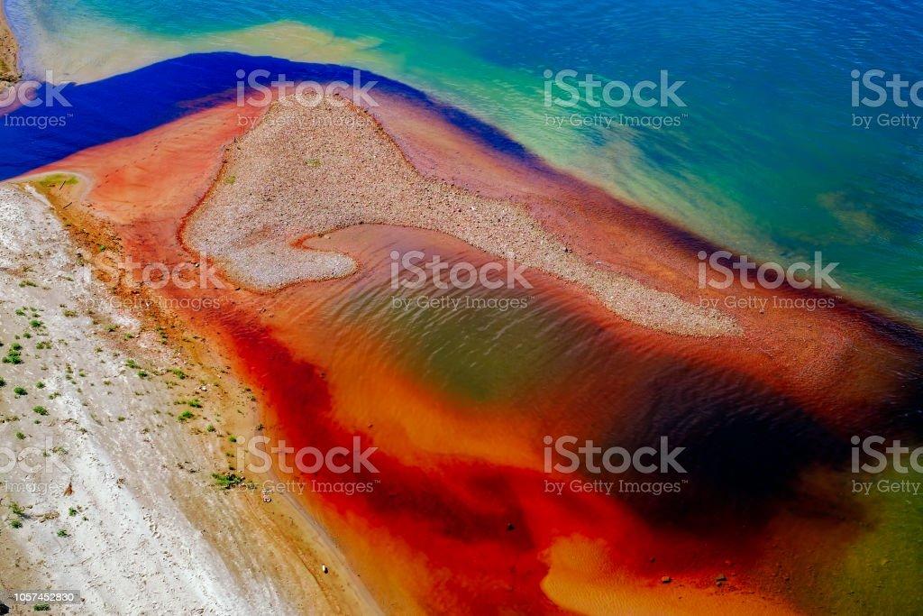 Watervervuiling op rivier foto