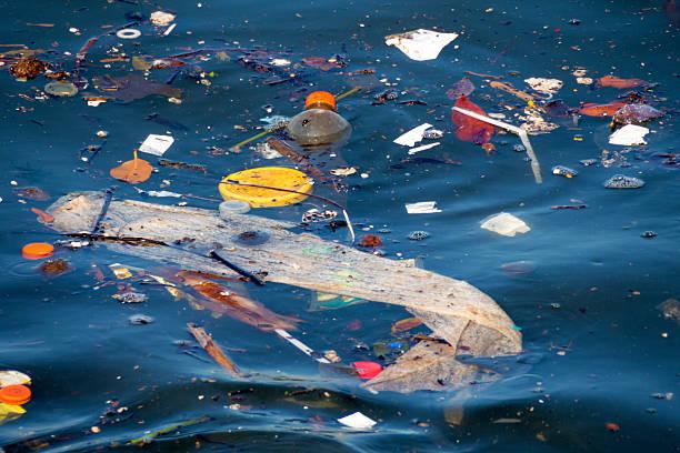 Contaminación de aguas - foto de stock