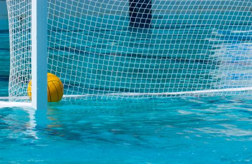 697a00d57 Foto de Uma Bola De Polo De Água Flutuando No Gol Na Água e mais fotos de  stock de Amarelo - iStock