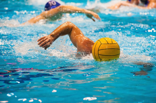 jugadores de polo acuático - water polo fotografías e imágenes de stock