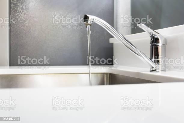 Woda Wylewająca Się Z Baterii Ze Stali Nierdzewnej Z Zlewu Kuchennego Koncepcja Oszczędzanie Wody - zdjęcia stockowe i więcej obrazów Bateria - Wyposażenie