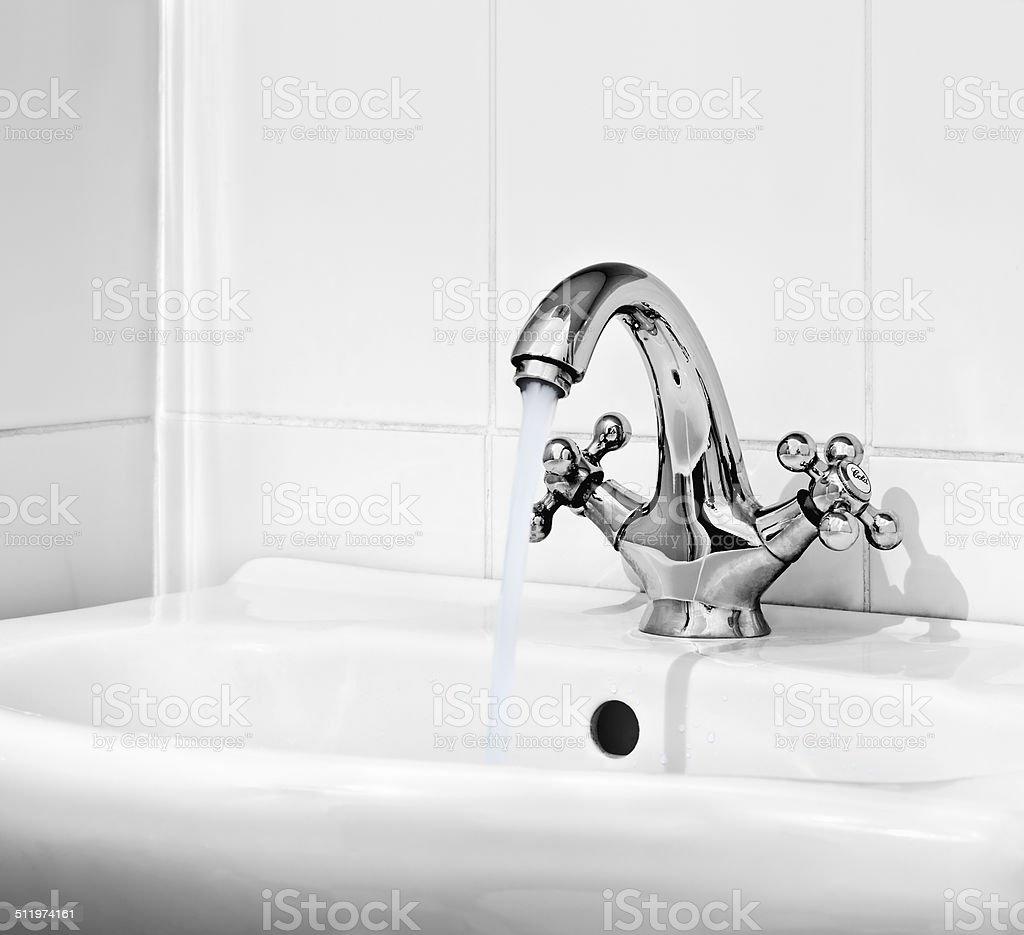 Wasser Tropfen aus der offenen Klappe – Foto