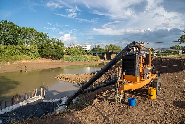 water pump-maschine in einen wasserlose river - indoor wasserbrunnen stock-fotos und bilder