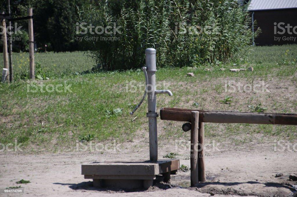 waterpomp om water ouf de grond in de Henniggaarde in Zevenhuizen, Nederland foto