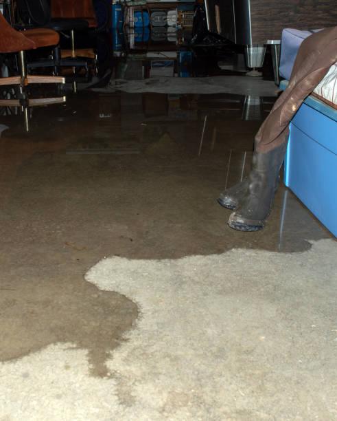 sefiltra agua a través del cemento - basement fotografías e imágenes de stock