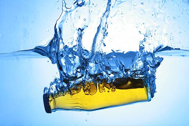 Gota de agua fresca de salpicaduras - foto de stock