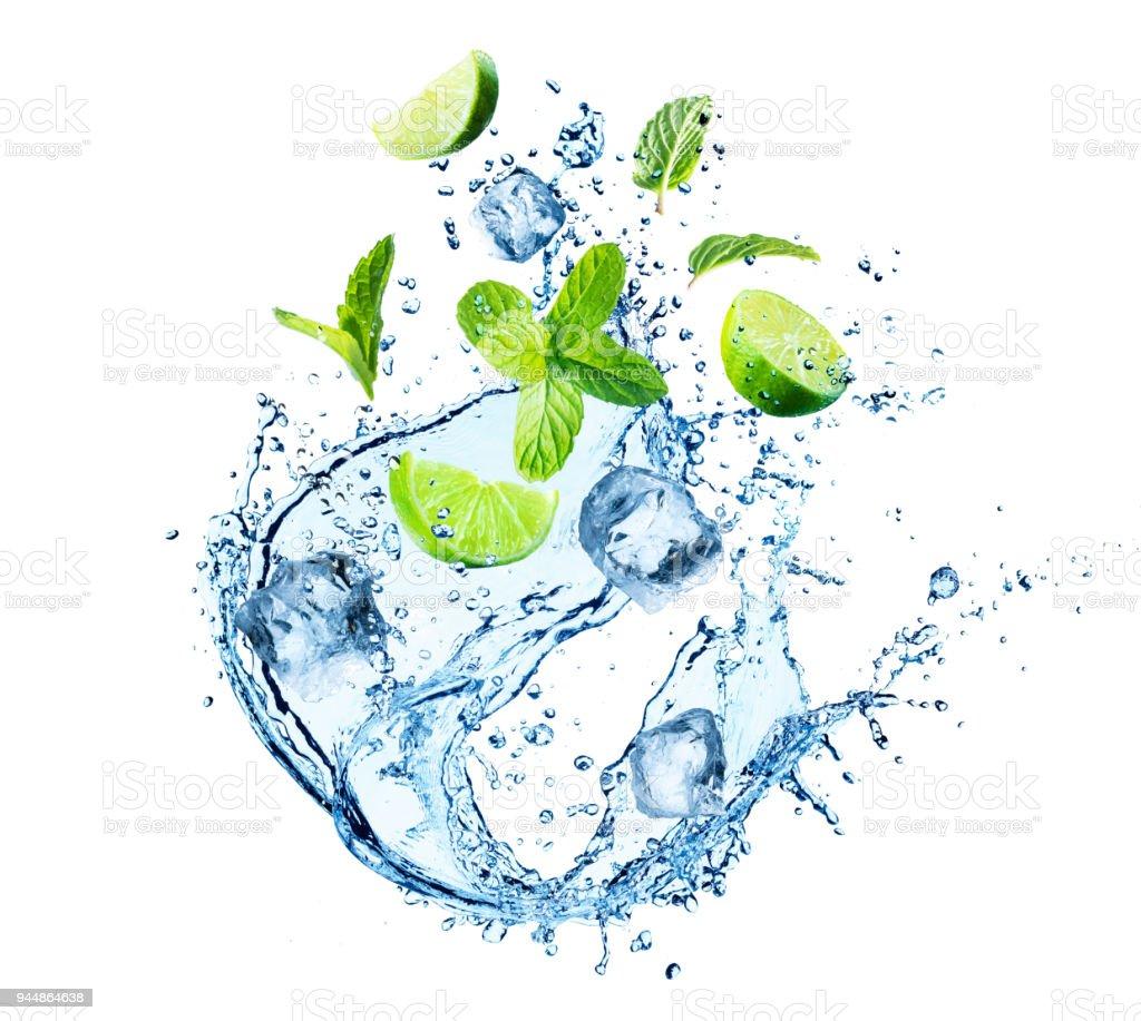 Spritzwasser mit Minze, Eiswürfel und Scheiben von Kalk – Foto