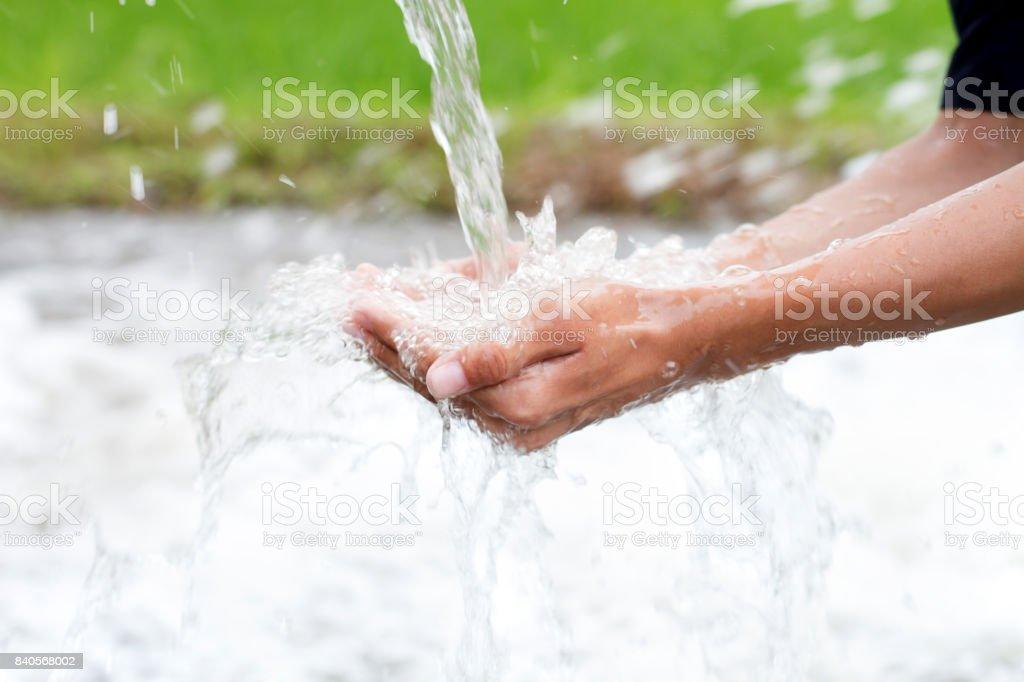 Agua que salpica en manos ahuecadas - foto de stock