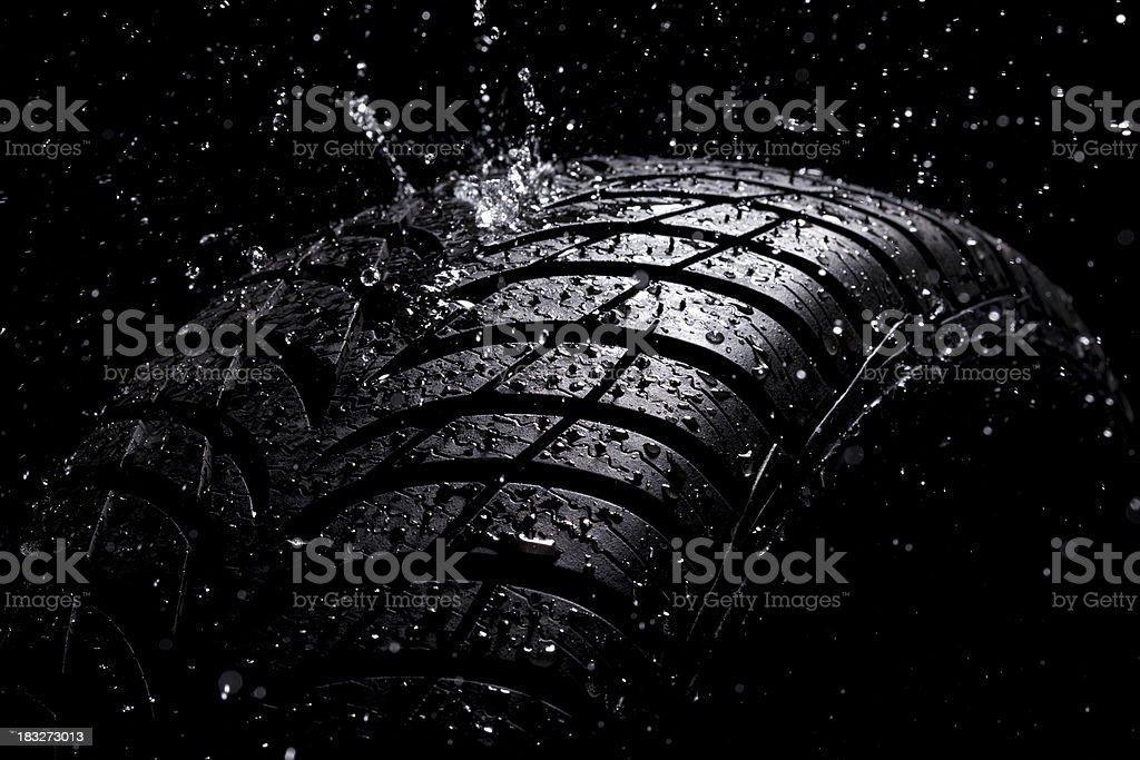 Wasser planschen auf eine neue Reifen im Regen – Foto