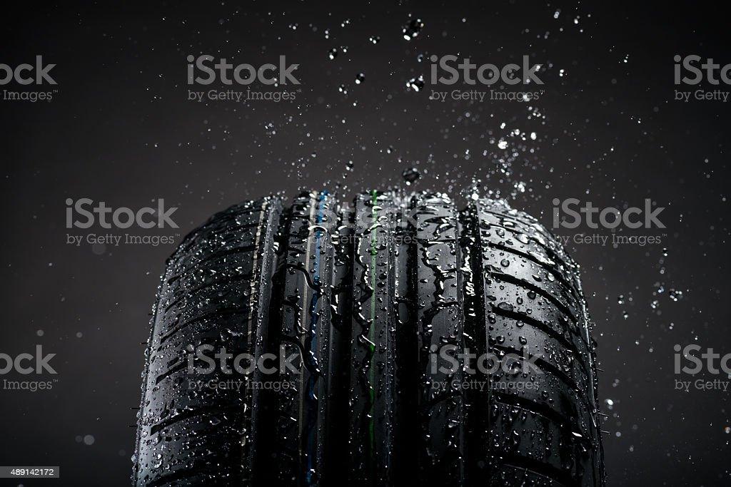 Wasser planschen auf Reifen im Regen – Foto