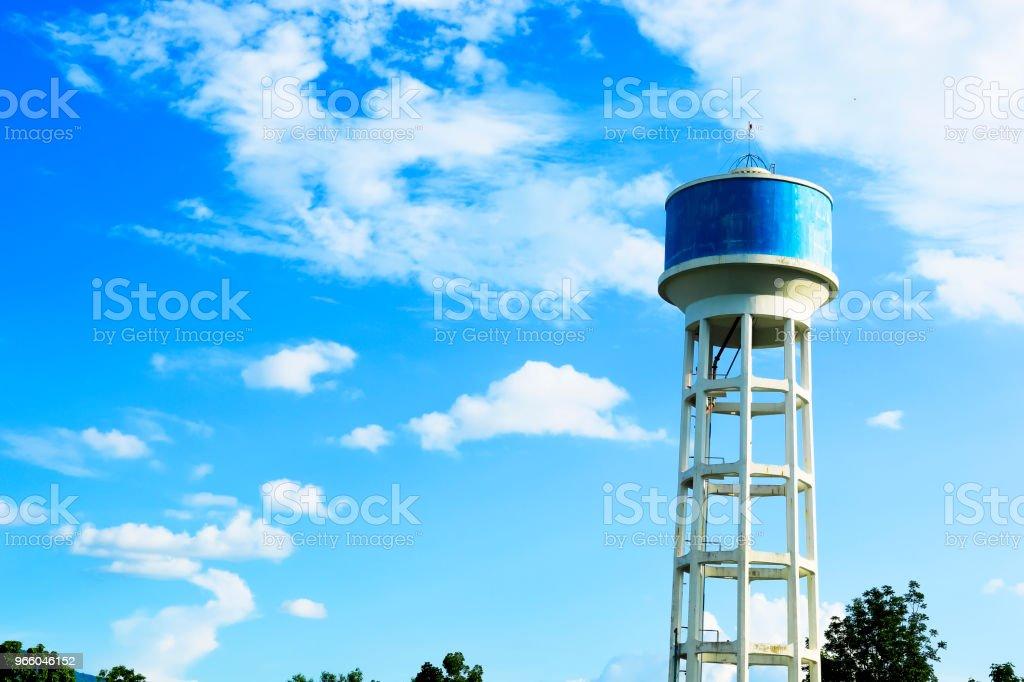 Wasser Tank Betonturm mit dem Himmel auf Hintergrund - Lizenzfrei Alt Stock-Foto