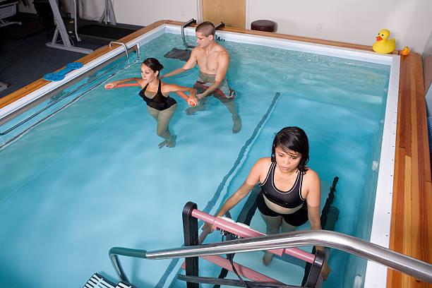 wassertherapie - pool schritte stock-fotos und bilder